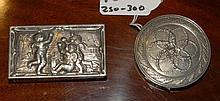 Scatola rettangolare in argento fuso e sbalzato con scena di putti che giocano sul coperchio, XX secolo