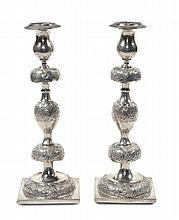 Coppia di candelieri in argento sbalzato e cesellato, Russia 1856