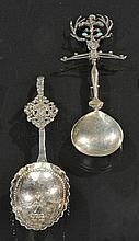 Lotto composto da due cucchiai da cerimonia in argento fuso e sbalzato, Germania XIX secolo