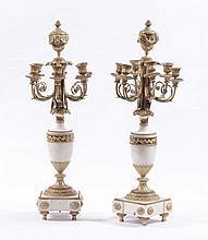 Coppia di candelabri a sei luci in bronzo dorato e bianco