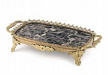 Vassoietto a due manici in metallo sbalzato inciso e dorato, Russia fine XIX secolo