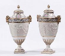 Coppia di vasi in porcellana e biscuit, XIX secolo