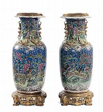 Coppia di vasi in porcellana policroma, Cina XX secolo