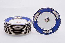 Servizio di dodici piatti piani in porcellana policroma, Russia XIX secolo