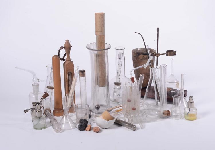 lotto di piccoli vetri da chimica e accessori