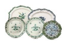 Gruppo di cinque piatti in maiolica, XVIII secolo,