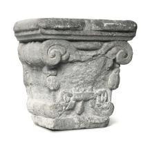 Capitello in pietra scolpita, lapicida operante tra il XV e il XVI secolo,