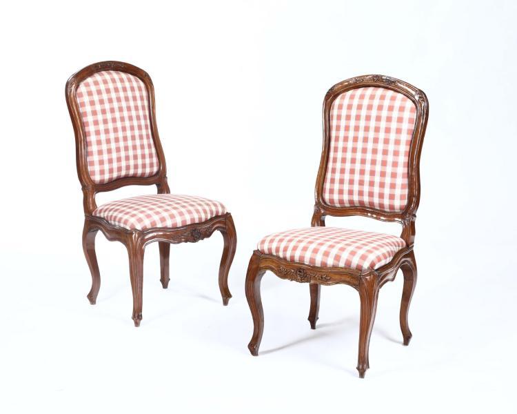 Coppia di sedie Luigi XV in noce intagliato, Genova XVIII secolo,