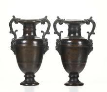 Coppia di anfore bronzee con anse a cartigli acantiformi sostenute da teste di fanciulli, patina naturale. Nicolò Roccatagliata (Genova, 1539 - Venezia, 1636).,