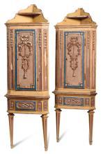 Coppia di angolari in stile Luigi XVI intagliati e laccati in policromia ad un'anta, XIX secolo,