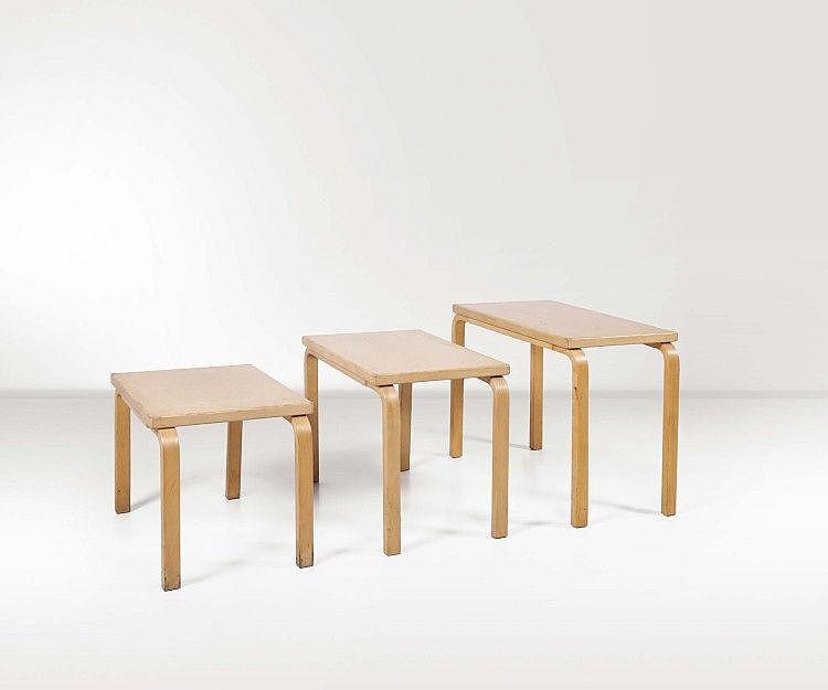 Alvar Aalto. Tre tavolini estraibili in legno di
