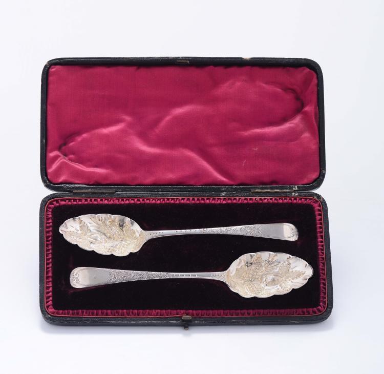 Coppia di posate da frutta in argento vermeille entro custodia, Londra inizio XIX secolo, argentiere WF,