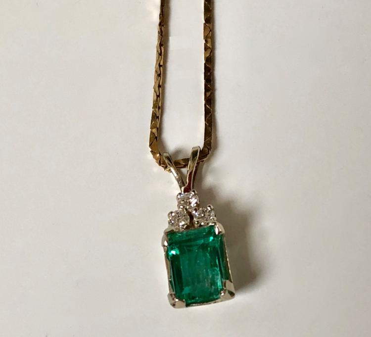 A FINE 14K GOLD DIAMOND AND EMERALD NECKLACE