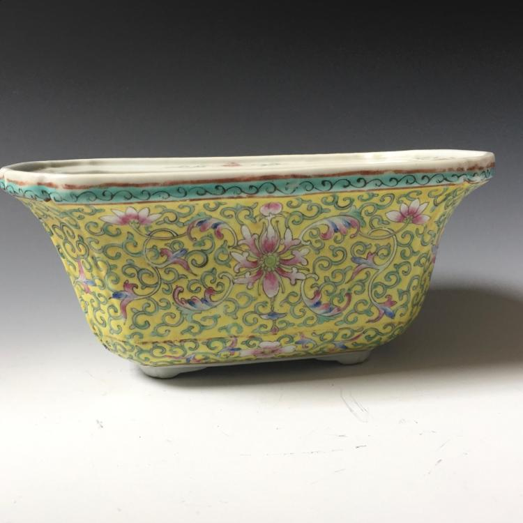 A CHINESE ANTIQUE FAMILLE ROSE PORCELAIN POT, MARKED