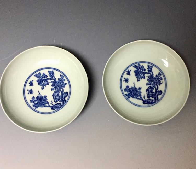 A PAIR OF CHINESE ANTIQUE BLUE AND WHITE PLATES , YONGZHEN MARKED.