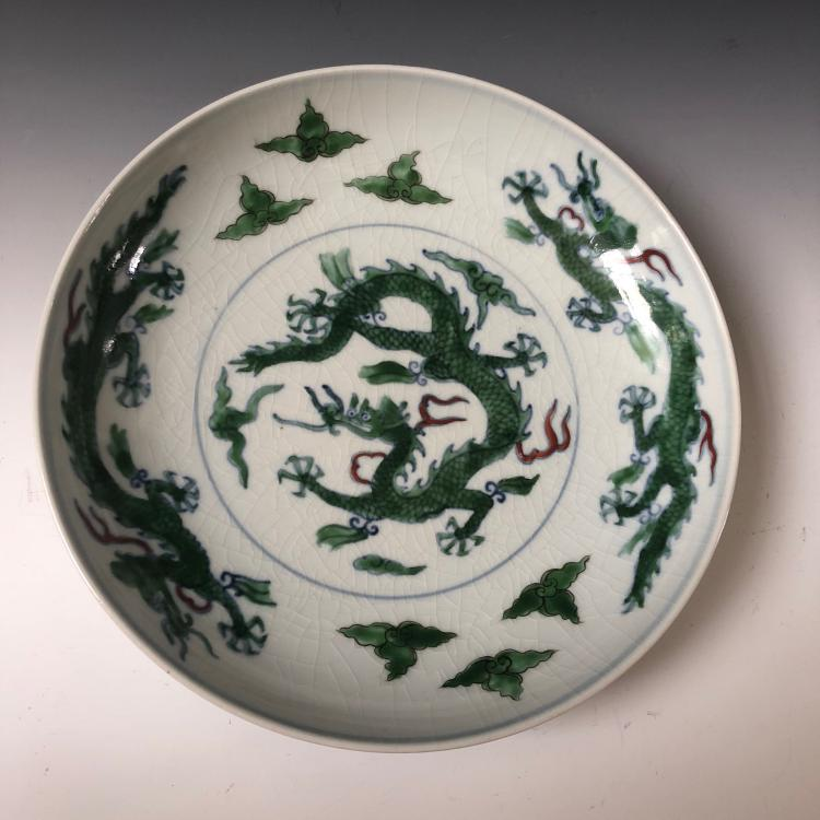 A CHINESE ANTIQUE GREEN-ENAMELED DRAGON PLATE, MARKED
