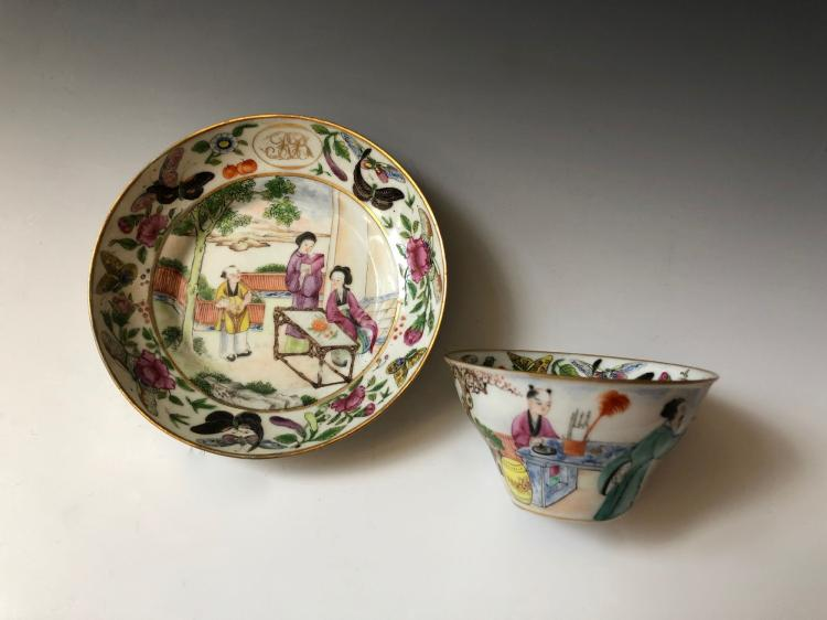 A SET OF CHINESE ANTIQUE FAMILLE ROSE PORCELAIN CUP AND PLATE, 19C
