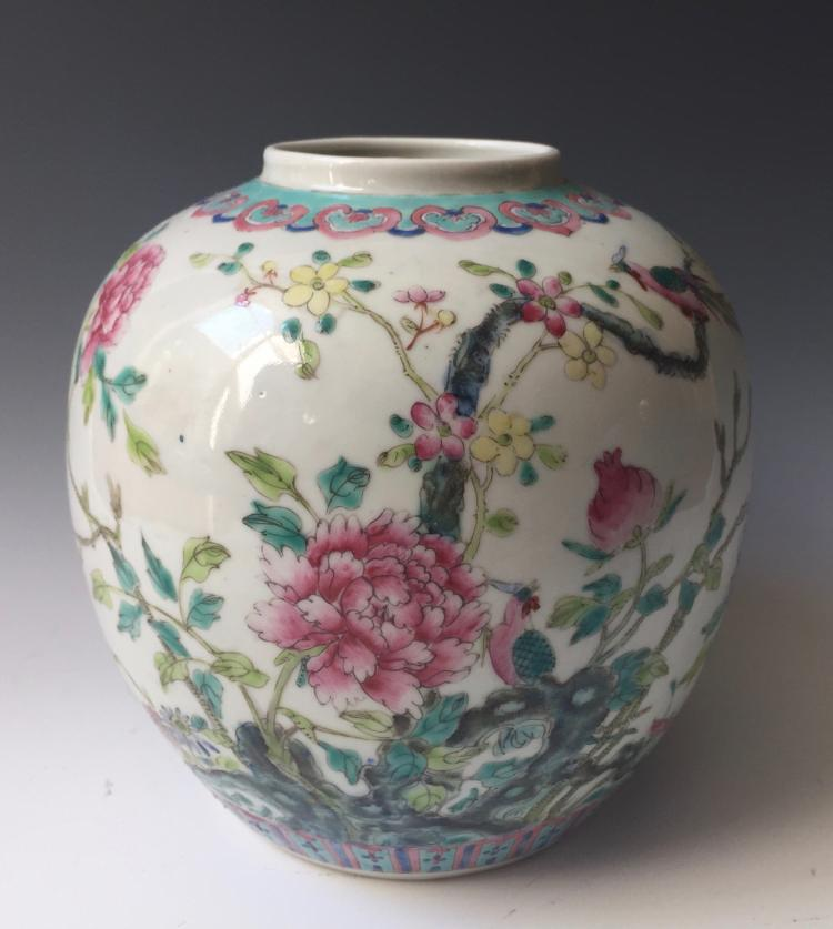 CHINESE ANTIQUE FAMILLE ROSE PORCELAIN JAR