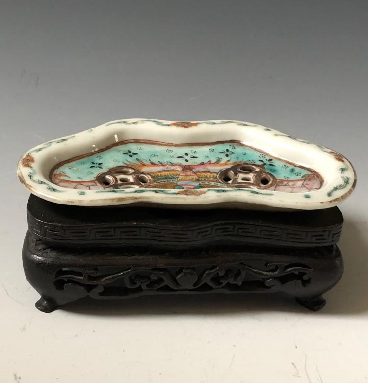 A CHINESE ANTIQUE FAMILLE ROSE PLATE AND WOOD STAND