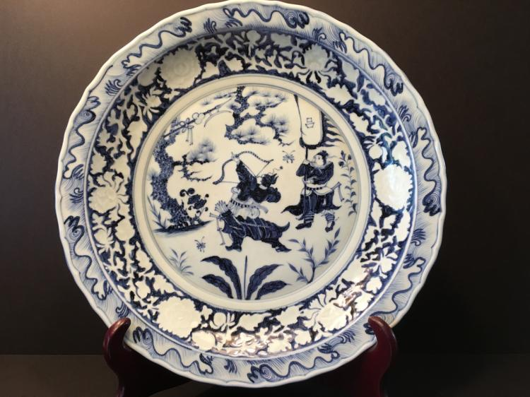 A Fine Chinese Blue and White Charger with fighting soldiers. 17 3/4
