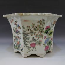 ANTIQUE CHINESE FAMILLE ROSE PORCELAIN JARDINIERE. 19TH CENTURY