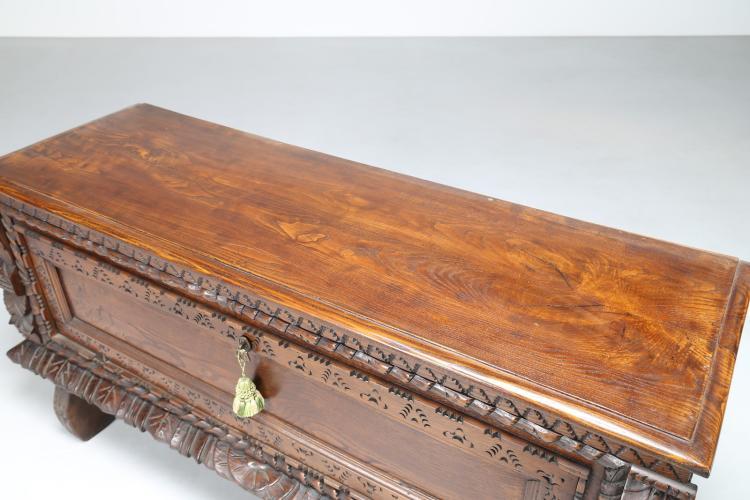 Cassapanca in legno di noce scolpito for Cassapanca di legno