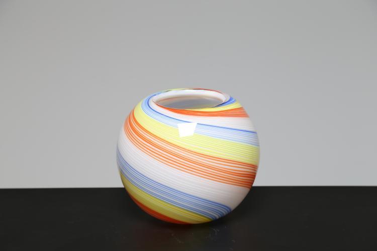 Vaso in vetro lattimo e filigrana colorata in celeste, giallo, rosso e bianco, Murano anni 70