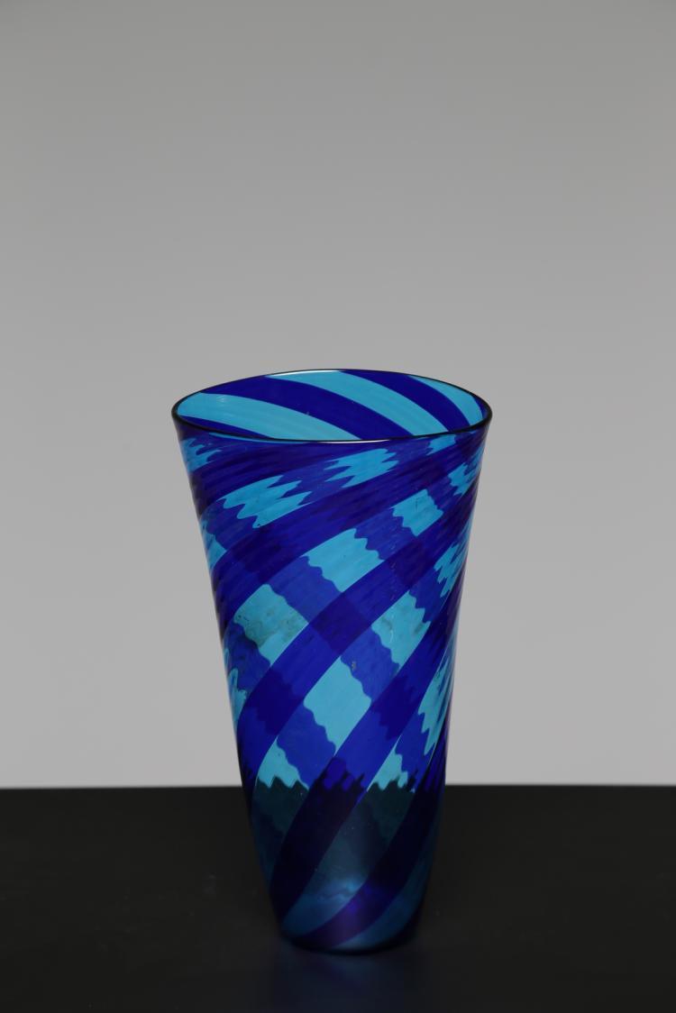 Vaso a canne blu lavorazione a spirale, per Millerighe Murano anni 90. Esposto in mostra itinerante