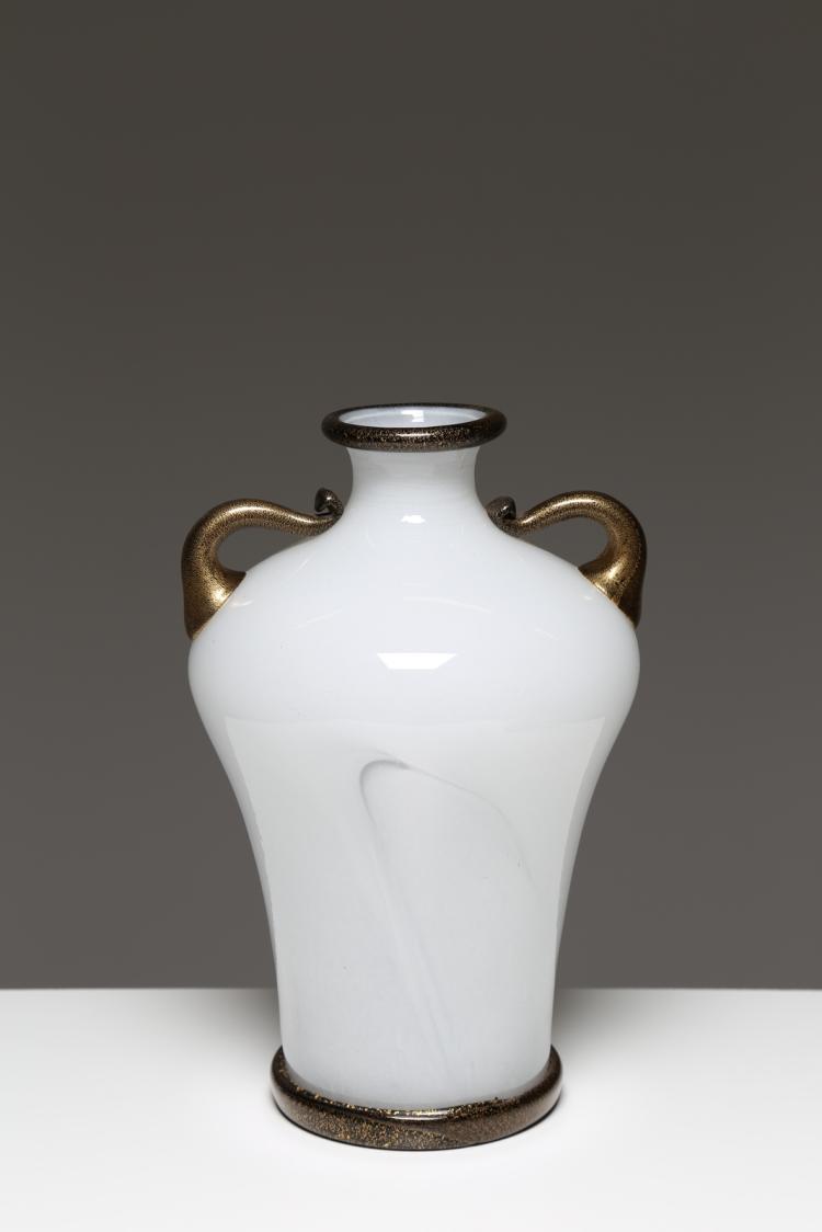 Vaso in vetro lattimo, decoro con applicazioni in vetro nero e oro, per Barovier & Toso Murano anni 70