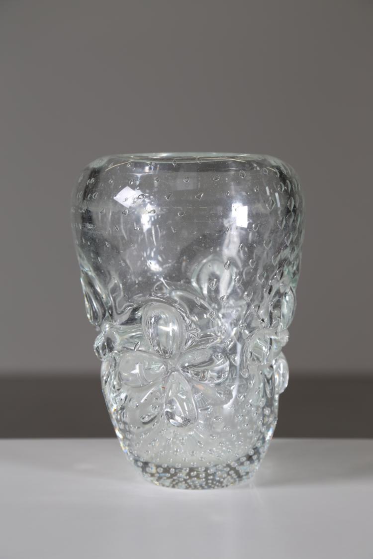 Vaso trasparente con inclusioni a bolle e applicazioni di vetro trasparente a forma di fiore, anni 40