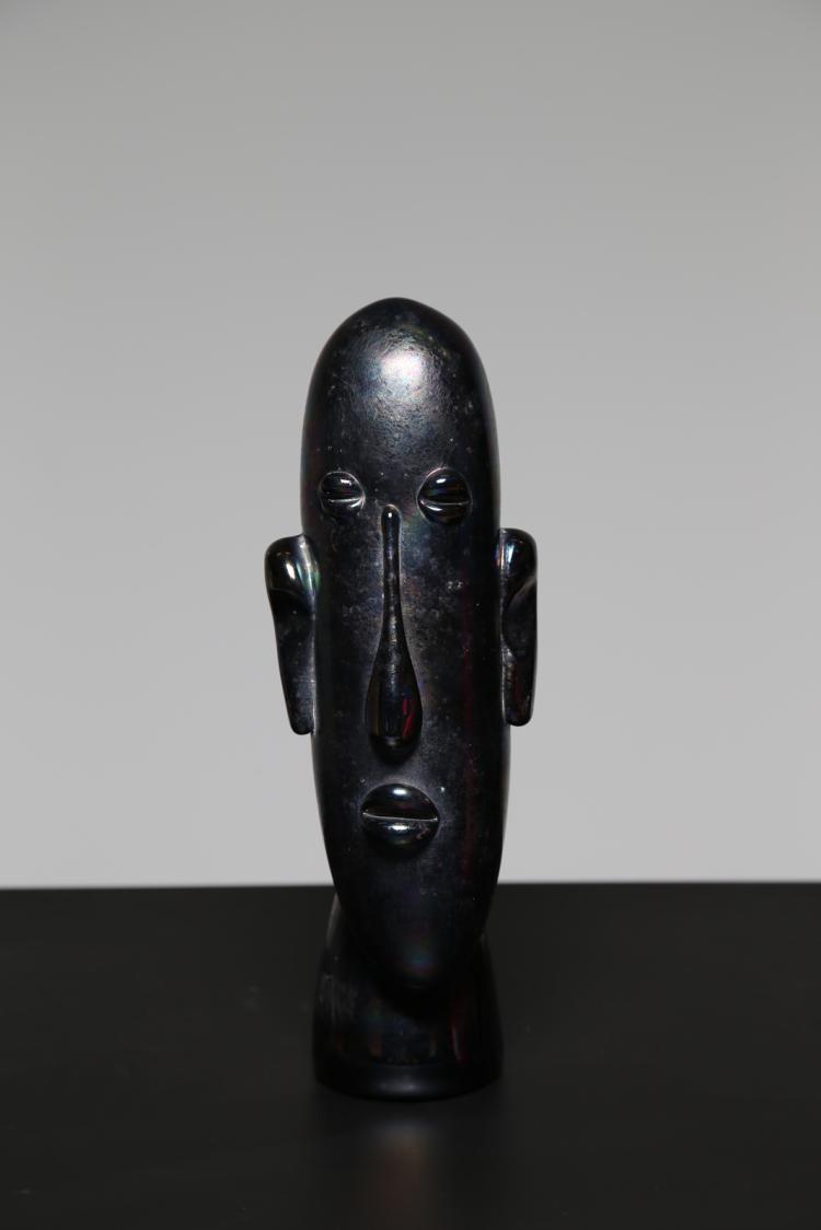 Viso oblungo in vetro nero iridato, ispirato dalle sculture dell'isola di Pasqua, per Cristalleria del Maestro Alfredo Rossi in Murano
