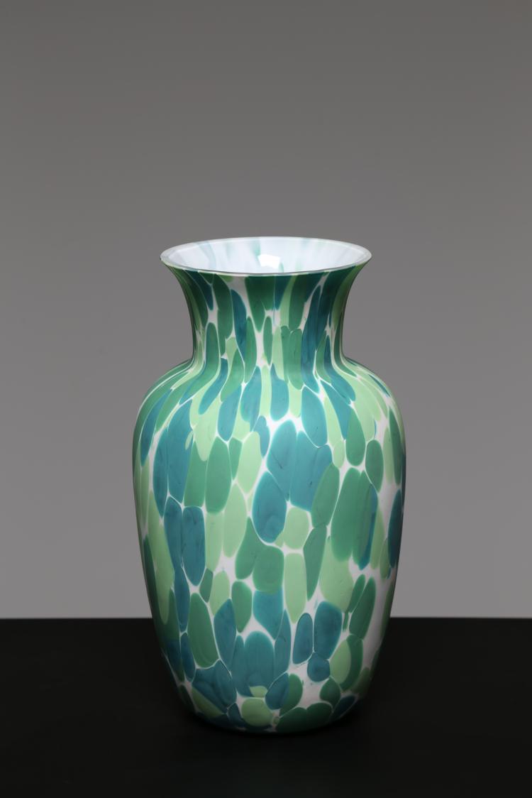 Vaso in vetro incamiciato macchiato in pasta vitrea, per Aureliano Toso Murano anni 60