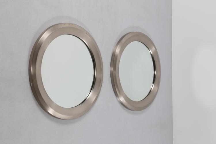 Coppia di specchi in alluminio spazzolato e vetro specchio, mod. Narciso, per Artemide, anni 60