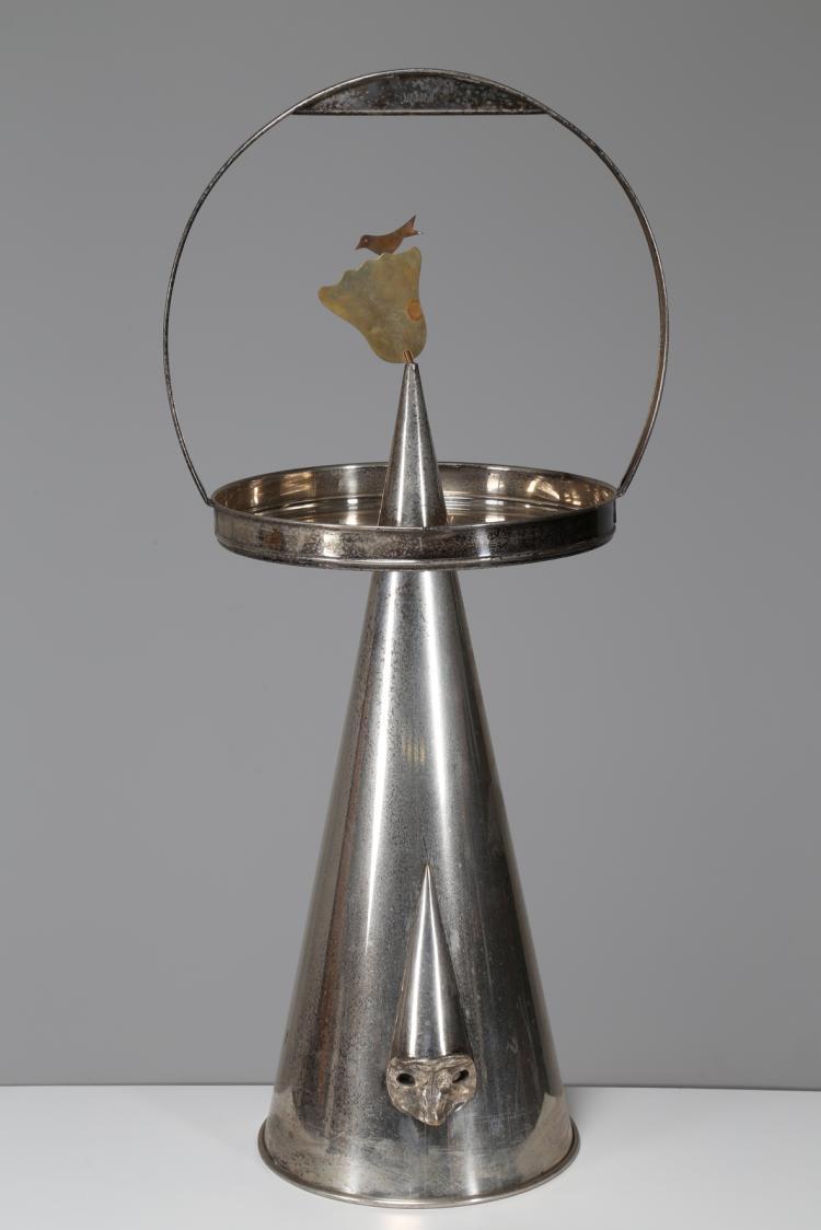 Pulcinella Scultura/tavolino con vassoio in ottone argentato, per Vanini anni 80.