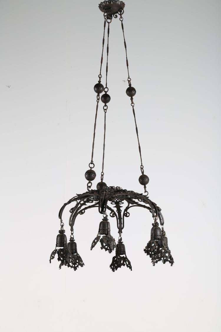 Lampadario a sei luci in ferro battuto forgiato a motivi di foglie, primi 900