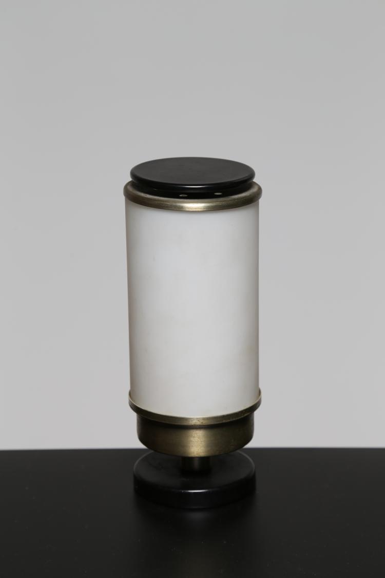 Lampada da tavolo in metallo laccato ottone e vetro opalino, per Lumi, anni 50