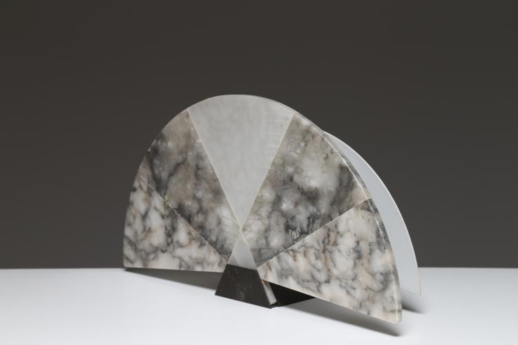 Lampada da tavolo a ventaglio in alabastro e metallo verniciato, per SKIPPER POLLUX. Anni '80.