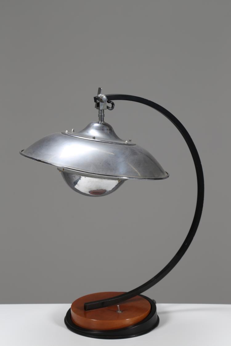 Lampada da tavolo con base di rovere e metallo verniciato nero con diffusore e frangiluce di alluminio cromato, mod. Sweepingly, anni 40