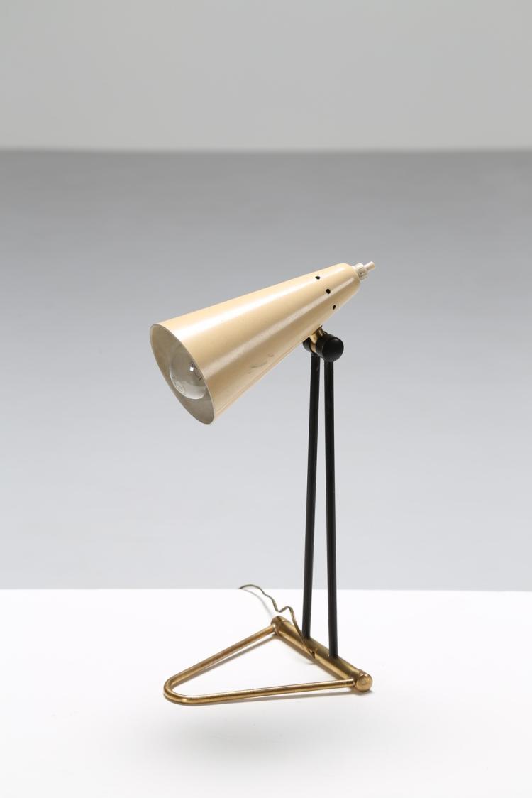 Lot 157: Lampada da tavolo in ottone e metallo laccato, anni 50