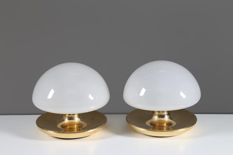 Coppia di lampade da tavolo in metallo placcato oro e vetro, mod. VB, Sirrah anni 70