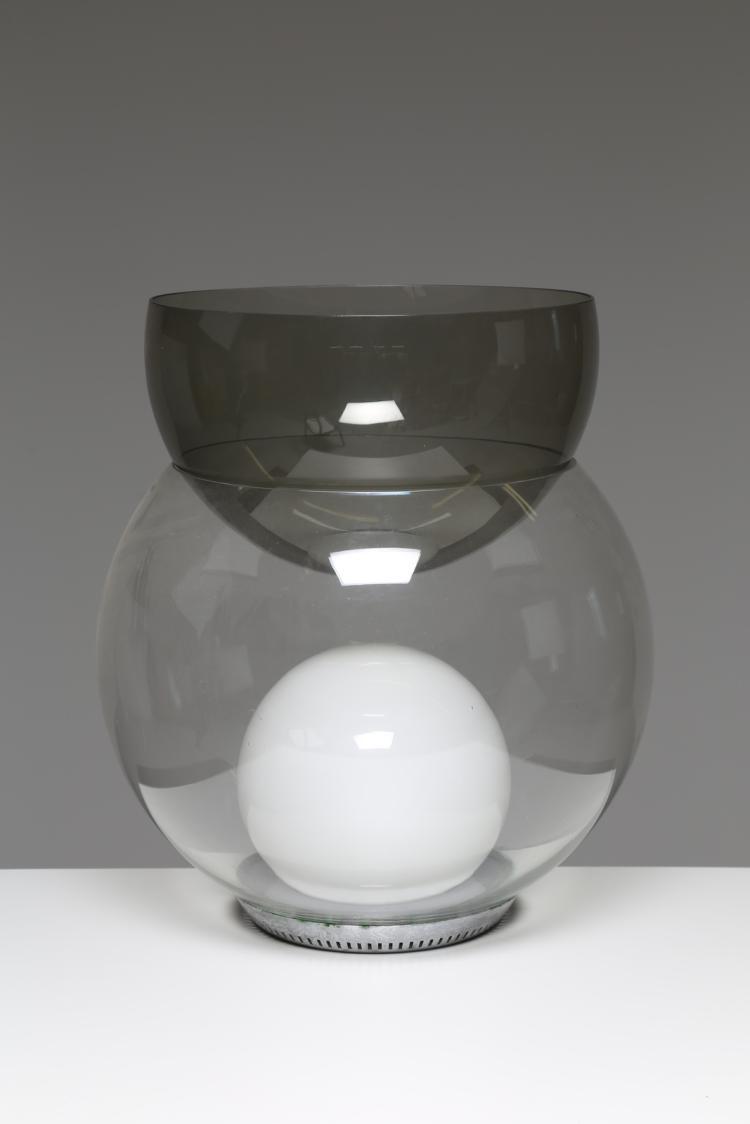 Lampada da tavolo in metallo cromato e vetro soffiato, mod. Giova, per Fontana Arte 1964. Pubblicazioni, Domus Settembre 1981; G. Gramigna,