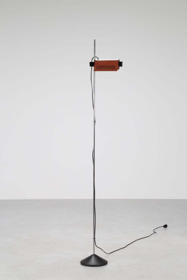 Lampada da terra in acciaio verniciato, stelo cromato; riflettore, orientabile e regolabile in altezza, in alluminio verniciato, mod.626, è la prima lampada domestica a montare la lampadina alogena. per Oluce 1970