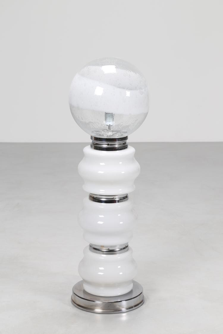 Lampada da terra in metallo cromato e vetro opalino, anni 70