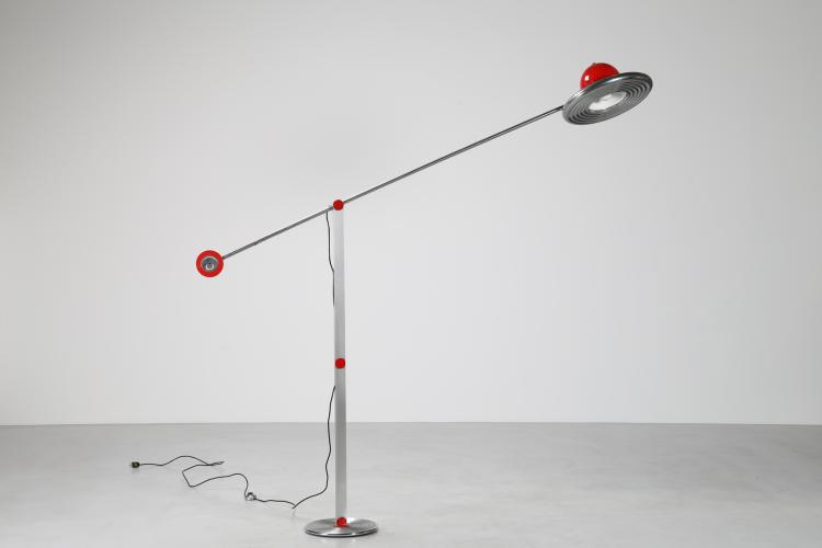 Lampada da terra in metallo cromato e laccato rosso, mod. Bilancia, anni 70