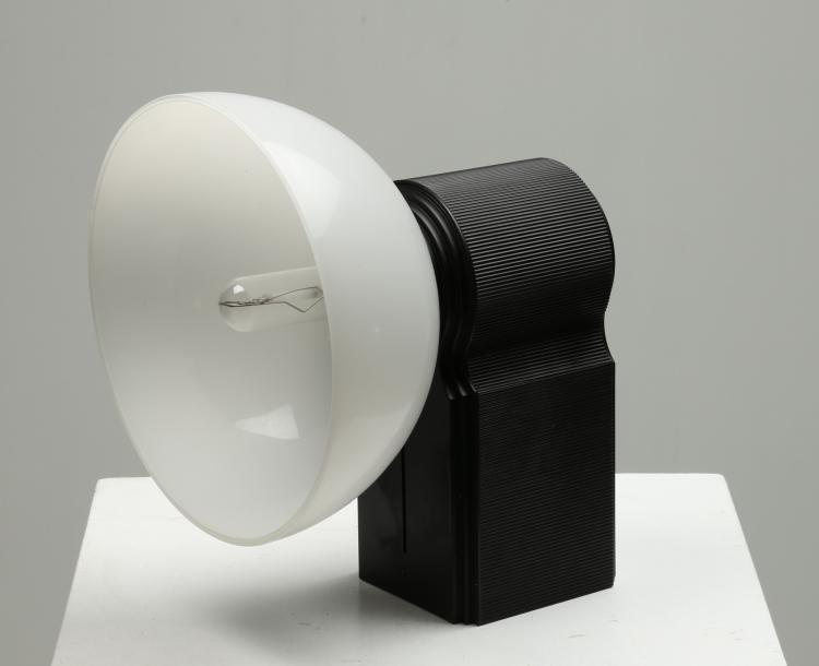 Lampada da parete in alluminio verniciato nero e diffusore in vetro opalino. mod. Coppelia, anni 70