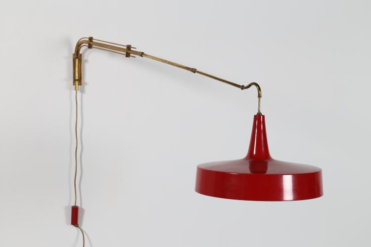 Lampada estensibile da parete in ottone e metallo laccato rosso, anni 50.