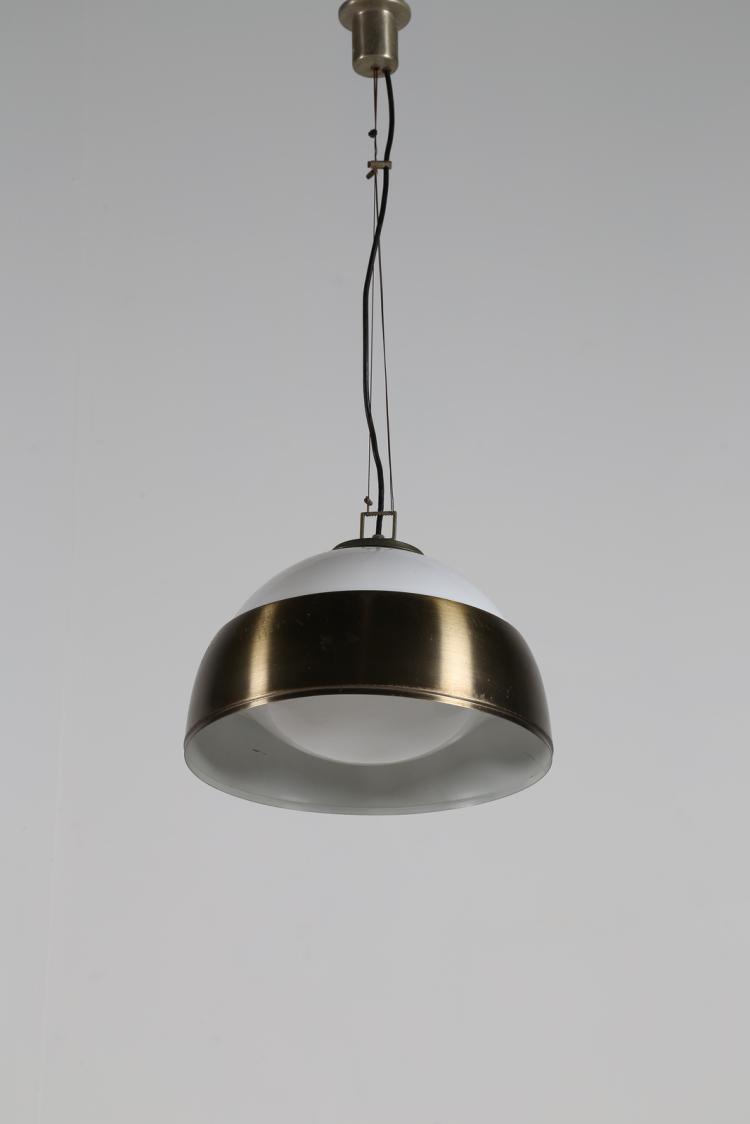 Coppia di lampade a sospensione in vetro lattimo con calotta paralume in alluminio spazzolato mod. a324 Ischia, per Candle, gruppo Fontana Arte, anni 60
