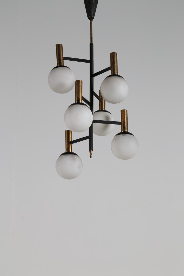 Lampadario sei luci in metallo laccato, ottone e vetro satinato, anni 50