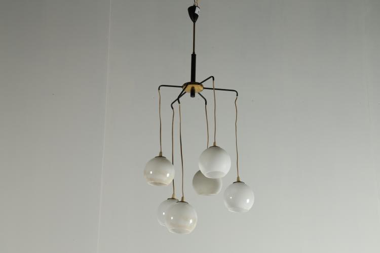 Lampadario a sei luci pendenti in metallo laccato ottone e vetro, anni 50