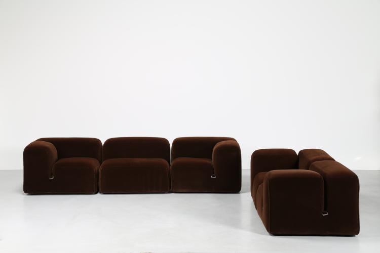 Due divani componibili in velluto da tre e due posti, mod. le mura per Cassina, anni 70